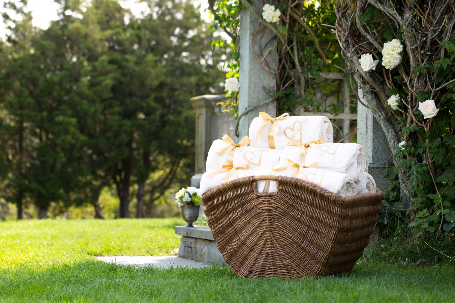 Our luxurious blankets make an elegant wedding favor and the perfect keepsake. Keep your guests warm & cozy.